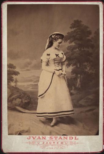 Portret mlade žene u bijeloj haljini / Ivan Standl