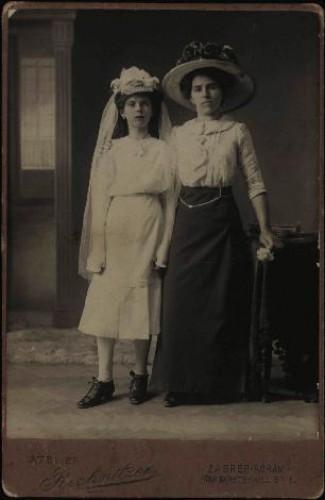 Portret djevojčice u haljini za krizmu i žene sa šeširom s cvijećem na obodu / Atelier Rechnitzer
