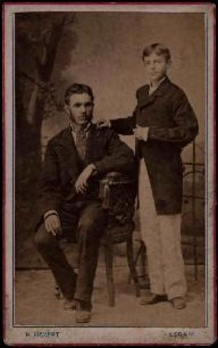 Portret muškarca s dječakom u bijelim hlačama / H. Fickert ; [izradila] Poslovnica svetlo slikah Herrmana Fikerta u Zagrebu