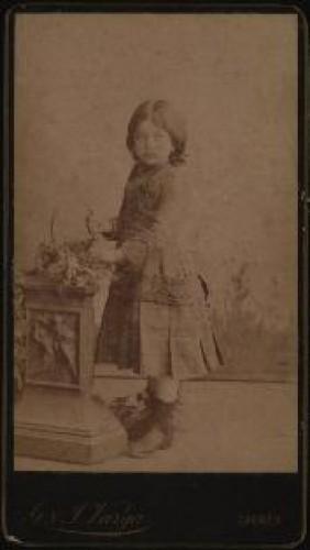 Portret djevojčice u tamnoj haljinici / [Gjuro Varga] / [izradio fotografski atelier] G. & I. Varga