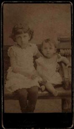 Portret dvoje djece / [Gjuro Varga] ; [izradio fotografski atelijer] G. & I. Varga