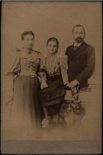 Portret obitelji s djevojčicom u sredini / Mosinger & Breyer