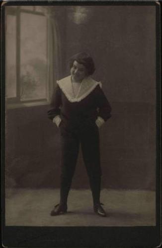Portret mlade osobe u tamnom kostimu / A. Brauner ; [izradio] A. Brauner - fotografički artistički atelier za modernu fotografiju