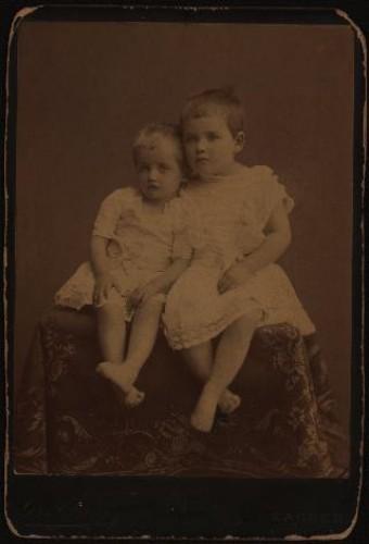Portret dviju djevojčica u bijelim haljinicama / [Gjuro Varga] ; [izradio fotografski atelijer] G. & I. Varga