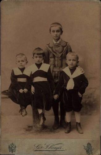 Četiri dječaka : skupni portret / G .& I. Varga