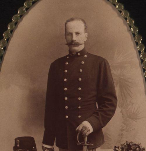 Portret muškarca u uniformi / Fotograf. art. Atelier J. F. Fiedler