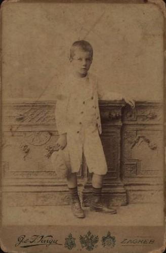 Portret dječaka u bijelom odijelu / G. & I.Varga