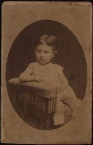 Portret djeteta s rukom oslonjenom na naslon / Ivan Standl