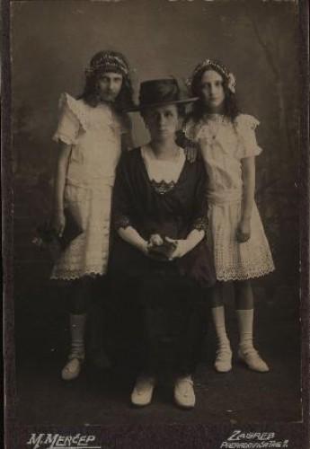 Portret dame s dvjema djevojčicama / M. Merćep ; [izradio] Atelie M. Merćep