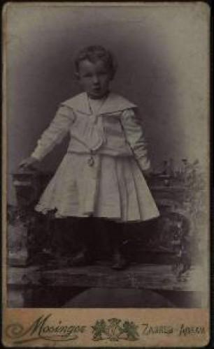 Portret djeteta u bijeloj haljinici i tamnim čizmicama / Artistički zavod Mosinger