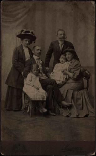 Skupni portret dviju obitelji / Mosinger ; [izradio] Artistički zavod Mosinger