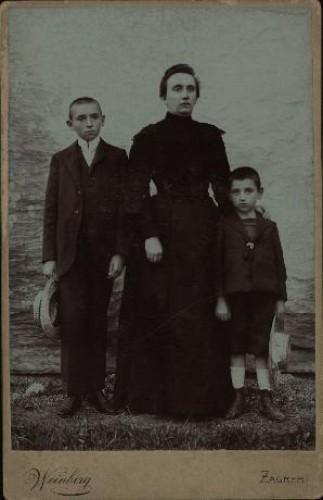 Portret žene u tamnoj haljini s dva dječaka / Weinberg ; [izradio] Atelier M. Weinberg