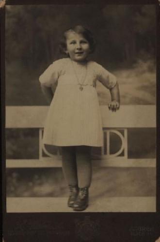 Portret djevojčice u plisiranoj haljinici / S. Weinrich