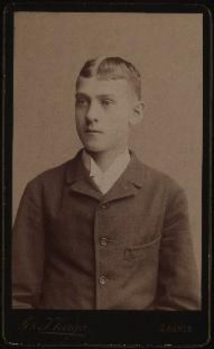 Portret mladića / [Gjuro Varga] ; [izradio fotografski atelijer] G. & I. Varga